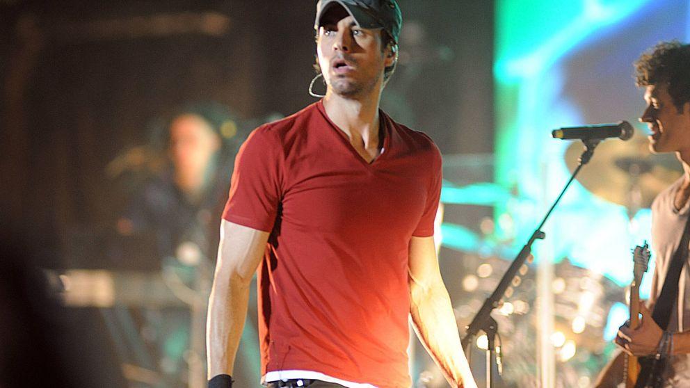 Una fan abraza a Enrique Iglesias en un concierto y no quiere soltarse