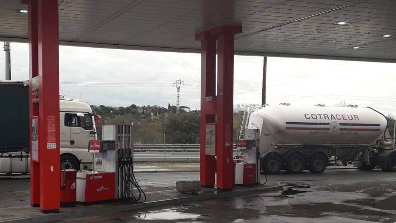 Una gasolinera con camiones durante la cuarentena.