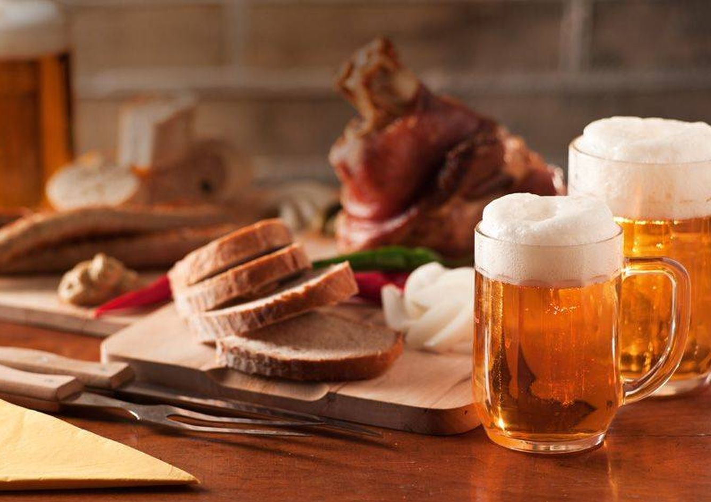 Foto: Codillo de cerdo asado y cerveza