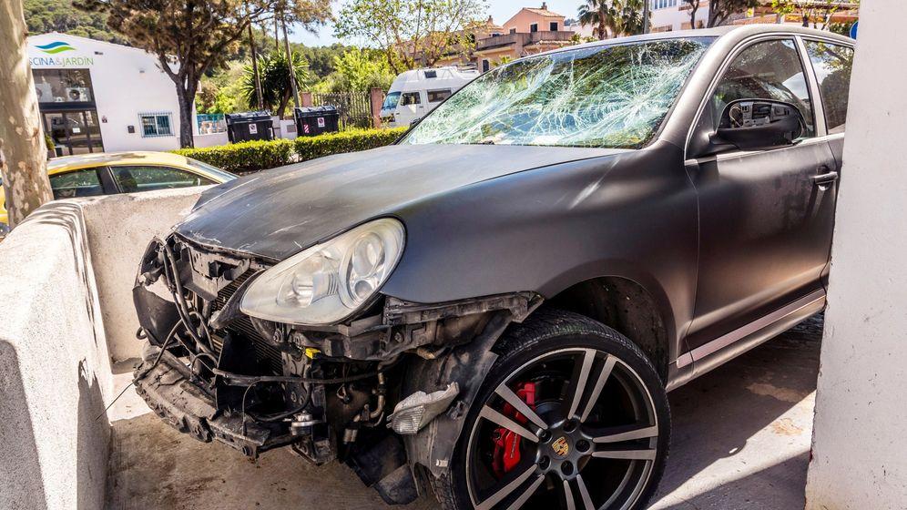Foto: Vista del vehículo que causó el accidente, depositado en un taller de la localidad. (EFE)