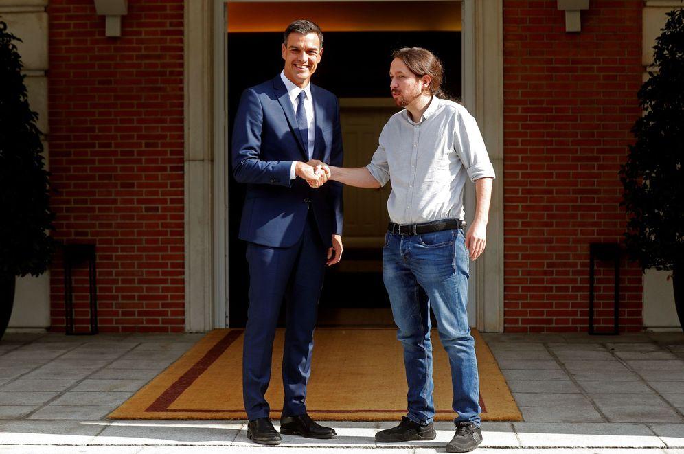 Foto: Pedro Sánchez recibe al líder de Podemos, Pablo Iglesias, este 6 de septiembre en La Moncloa. (EFE)