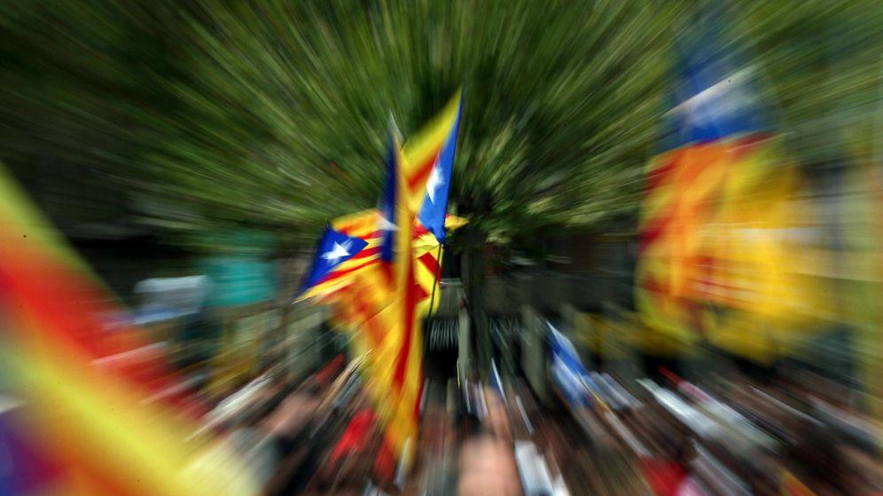 Foto: Banderas independentistas en la Meridiana de Barcelona. (EFE)