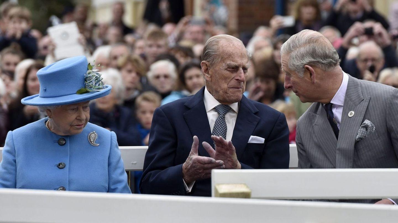 Isabel II y el duque de Edimburgo junto a su hijo, Carlos de Inglaterra. (EFE)