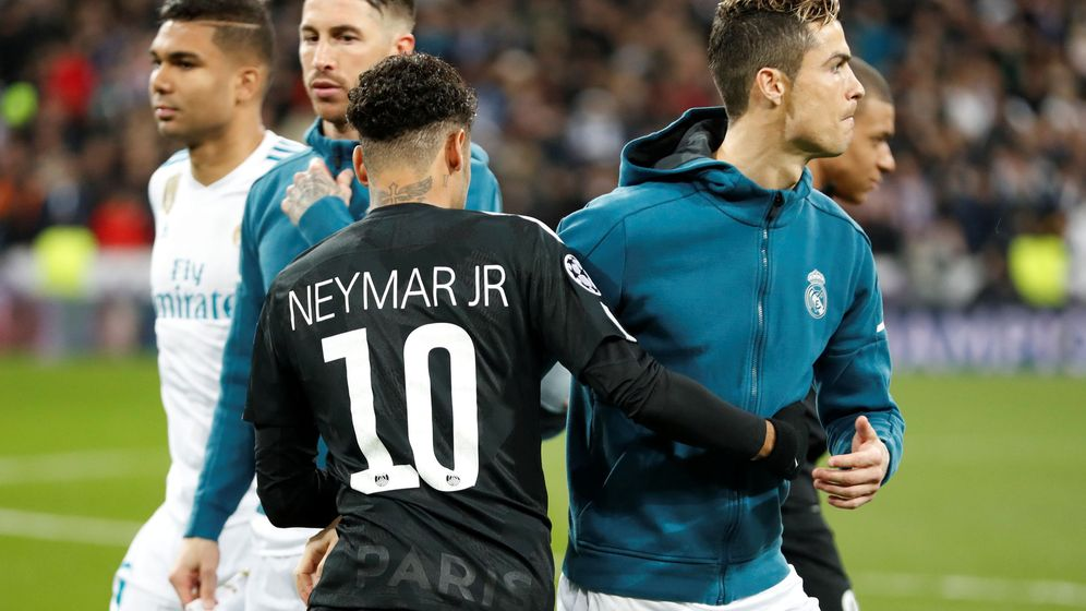 Foto: Cristiano Ronaldo y Neymar se saludan en partido entre el Real Madrid y el PSG en el Bernabéu. (Efe)