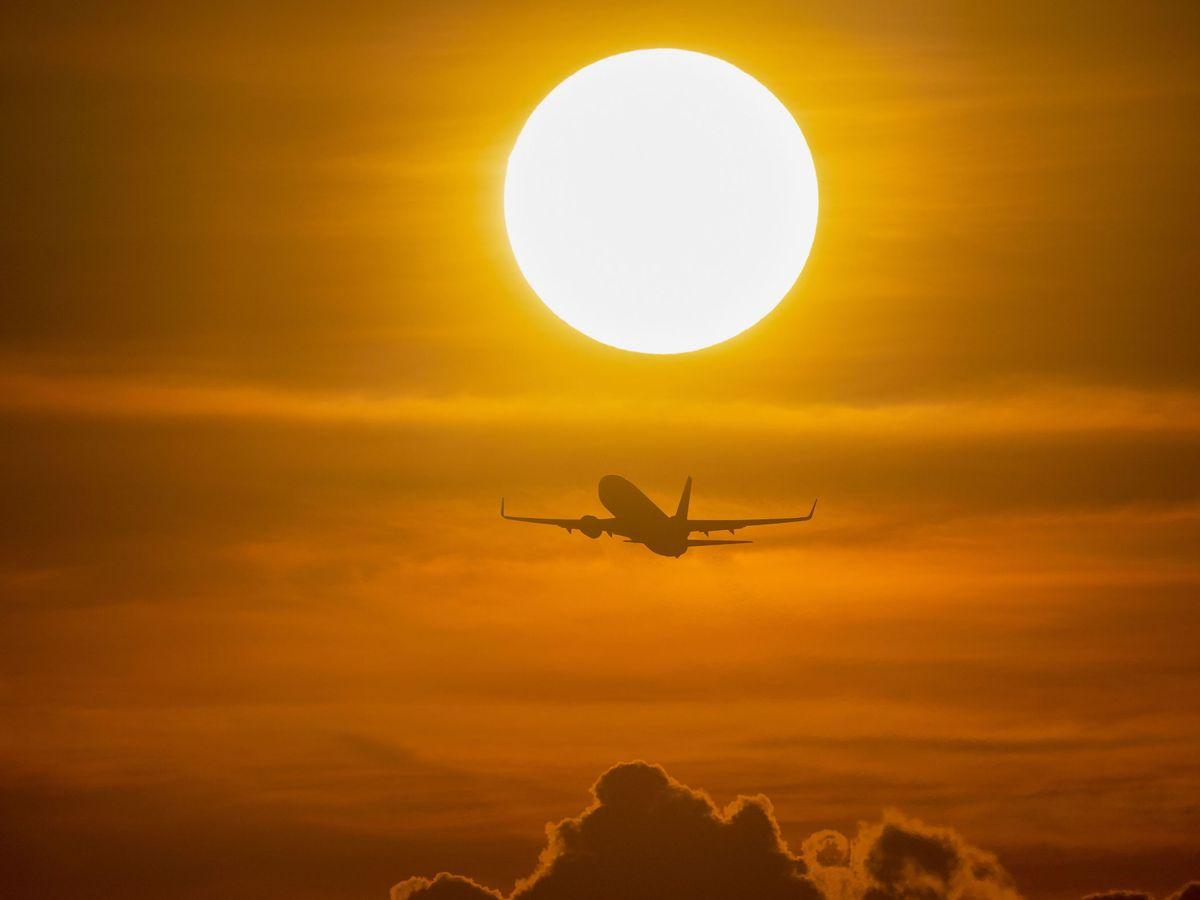 Foto: Un avión surca el cielo. (Reuters)