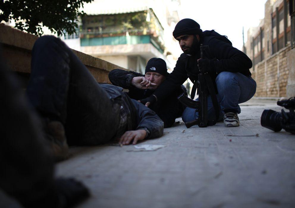 Foto: Ayman al-Sahili, un cámara de Reuters, yace en el suelo tras resultar herido en Alepo, Siria. (Reuters)