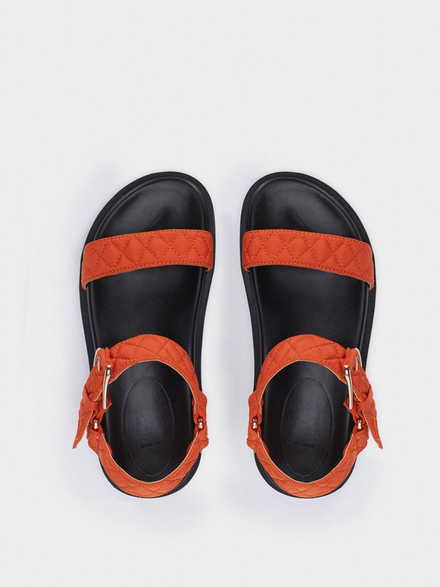 Sandalias bicolor y cómdoas de Parfois. (Cortesía)