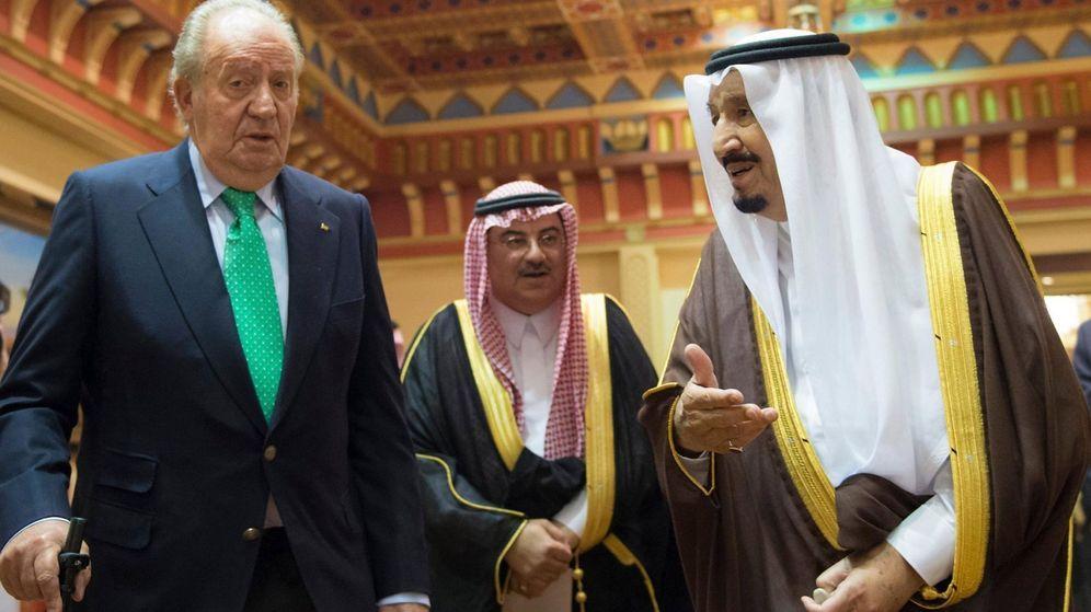 Foto: Fotografía facilitada por la Agencia Saudí de prensa que muestra al rey emérito de España, Juan Carlos I (i) junto con el rey saudí Salman Bin Abdelaziz (d) durante un encuentro en Riad en 2017. (EFE)
