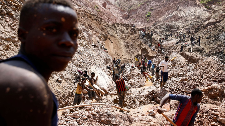 Trabajadores en una mina de coltán en el Congo (Reuters)