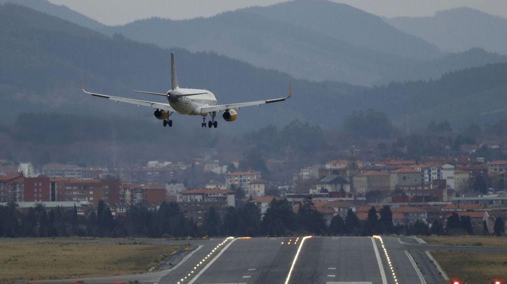 Foto: Un avión de la aerolínea Vueling toma tierra en el aeropuerto de Loiu, en Bilbao. (EFE)