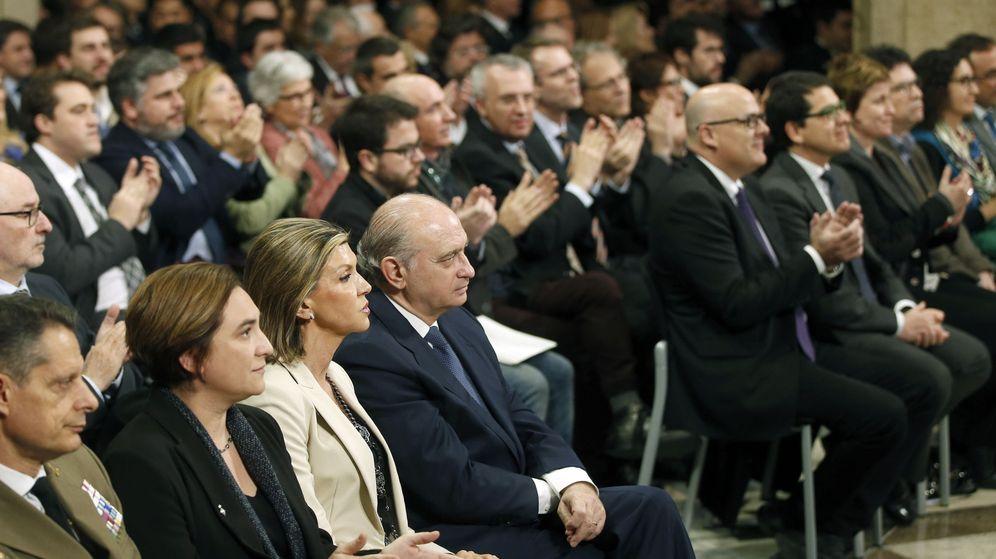 Foto: El nuevo presidente catalán recibe los aplausos de los invitados durante el acto de toma de posesión. (EFE)