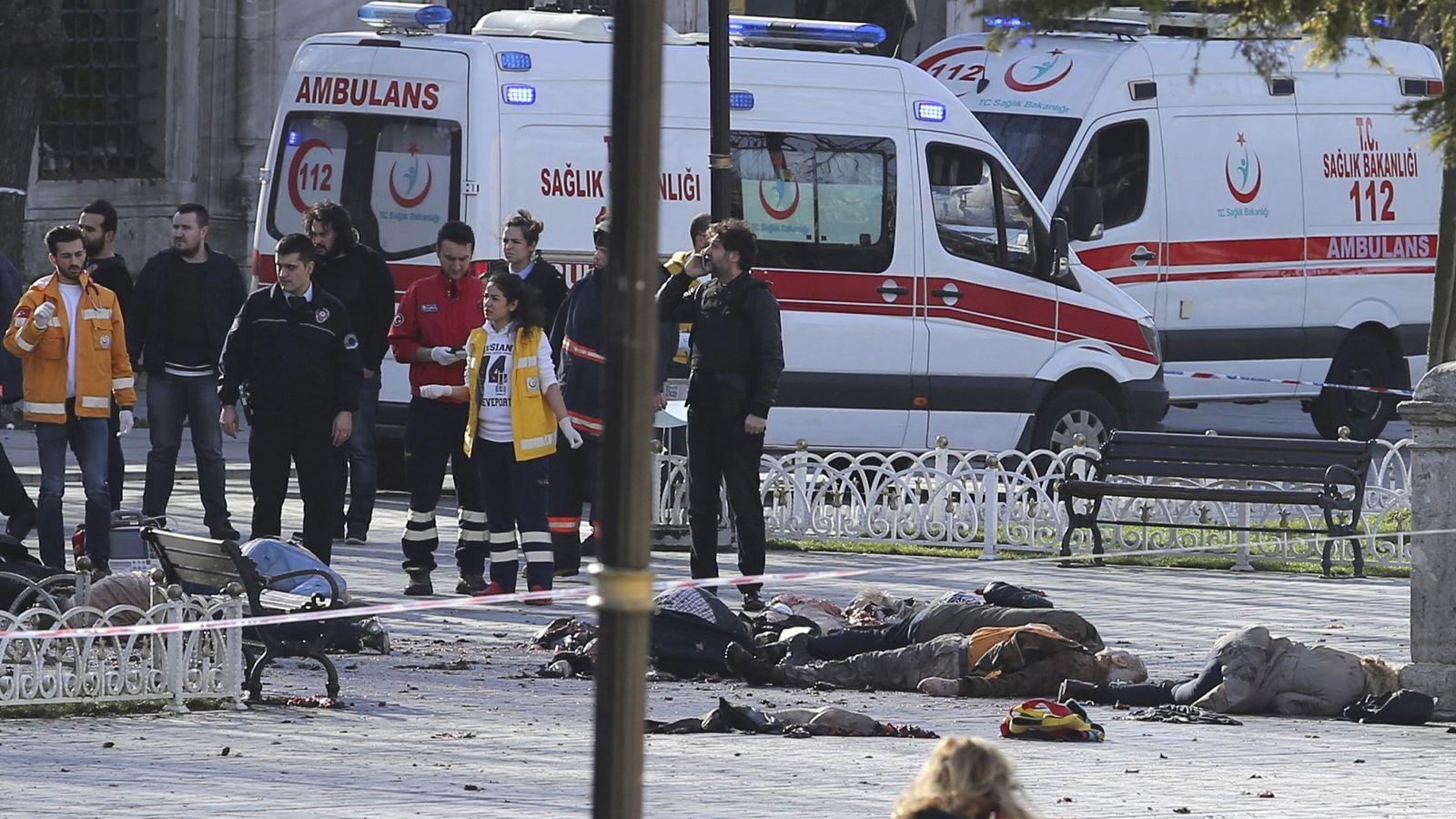 Foto: Equipos de rescate, en el escenario del atentado en el centro de Estambul, el 12 de enero de 2016. (Reuters)