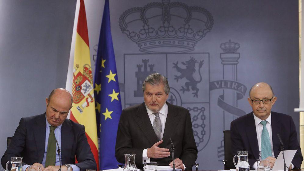 Foto: El ministro de Educación, Íñigo Méndez de Vigo y los titulares de Economía, Luis de Guindos y Hacienda, Cristóbal Montoro. (EFE)