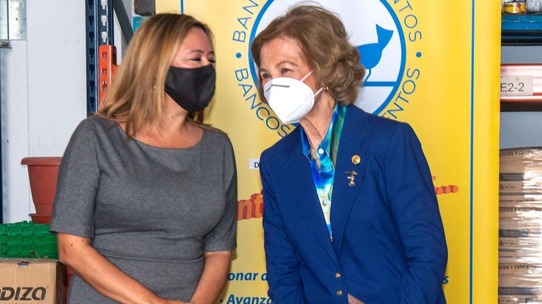 La reina doña Sofía visita la sede del Banco de Alimentos de Lanzarote. (EFE)