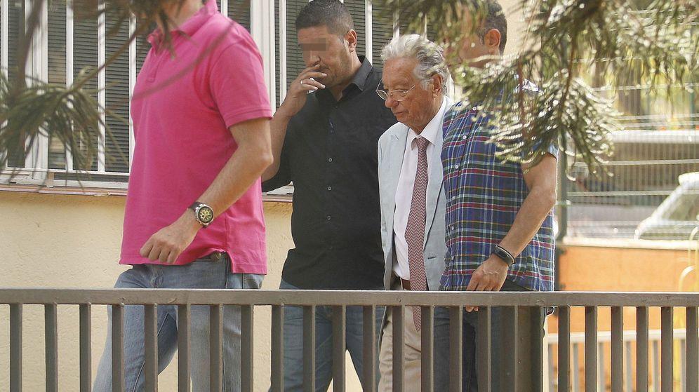 Foto: Juan Padrón, detenido por la Guardia Civil, antes del registro de la Federación Tinerfeña de Fútbol. (EFE)