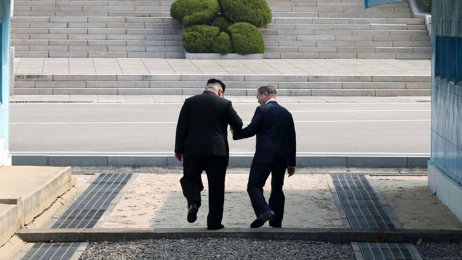 Foto: El presidente surcoreano, Moon Jae-in (d), y el líder del Norte, Kim Jong-un (i), caminan tomados de la mano en la línea de demarcación militar (MDL), durante una ceremonia de bienvenida en el lado sur de la frontera militarizada. (EFE)