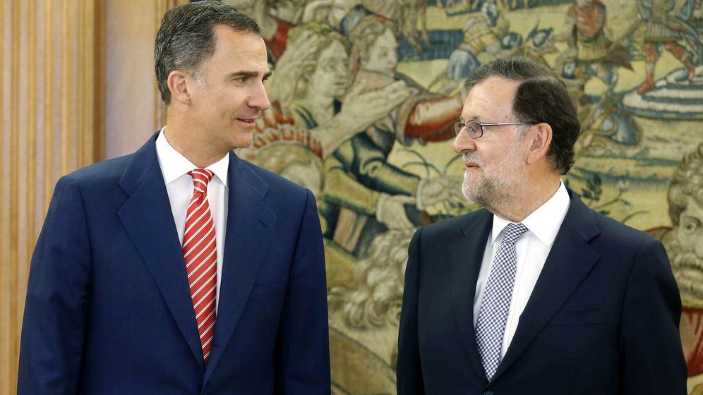 Foto: El Rey Felipe VI recibe al presidente del Gobierno en funciones, Mariano Rajoy (d), en el Palacio de la Zarzuela en la tercera jornada de su nueva ronda de consultas. (EFE)