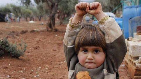 La historia de la foto viral de la niña siria que se rinde ante una cámara