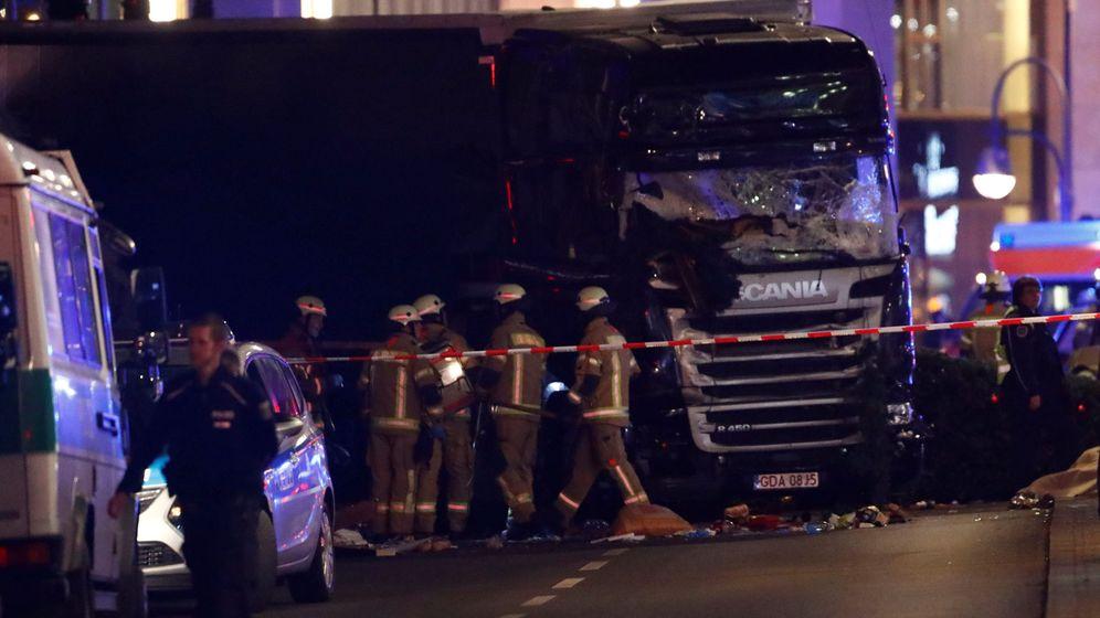 Foto: Trabajadores se despliegan alrededor del camión estrellado contra un mercadillo navideño en Breitscheidplatz, Berlín, el 19 de diciembre de 2016. (Reuters)