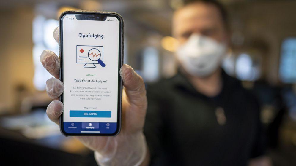 Foto: Un ciudadano noruego muestra la 'app' que está usando el gobierno de ese país para frenar el Coronavirus. (Reuters)