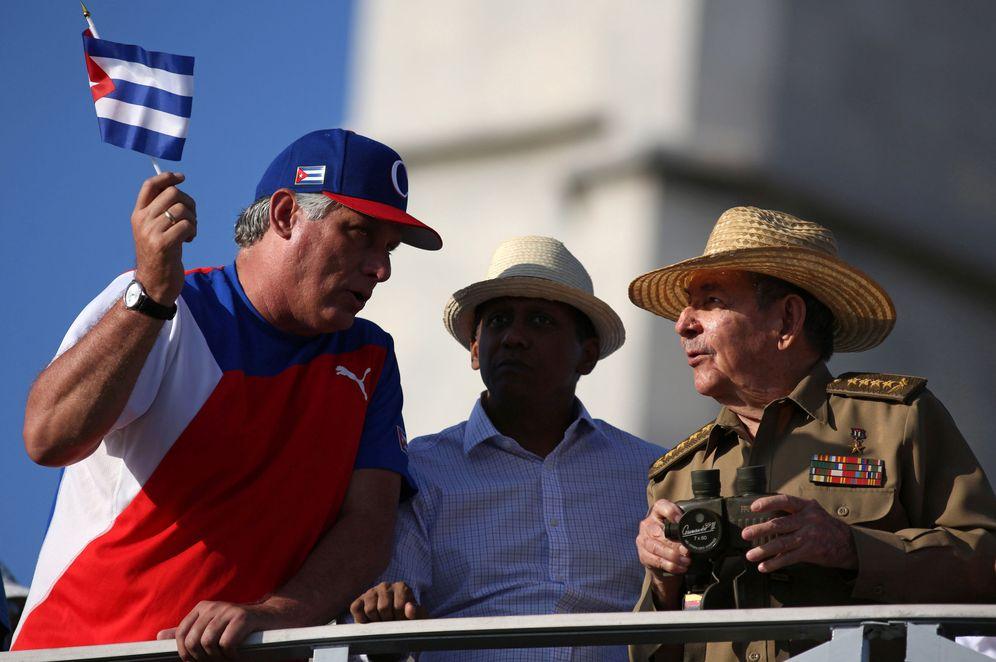 Foto: Raúl Castro habla con Miguel Díaz-Canel durante un desfile en La Habana. (Reuters)