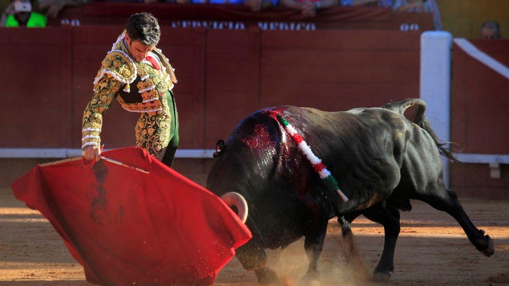 Foto: El diestro José Tomás da un pase con la muleta al primero de su lote, al que cortó dos orejas. (EFE)