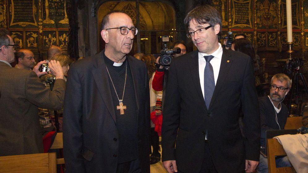 Foto: El presidente de la Generalitat, Carles Puigdemont (d), y el arzobispo de Barcelona, Joan Josep Omella. (EFE)