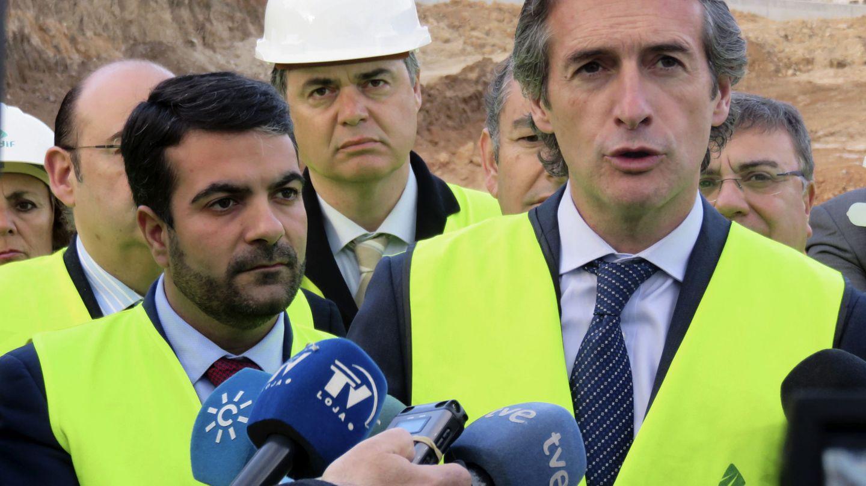 El ministro de Fomento, Íñigo de la Serna, en una visita a obras del AVE en Granada. (EFE)