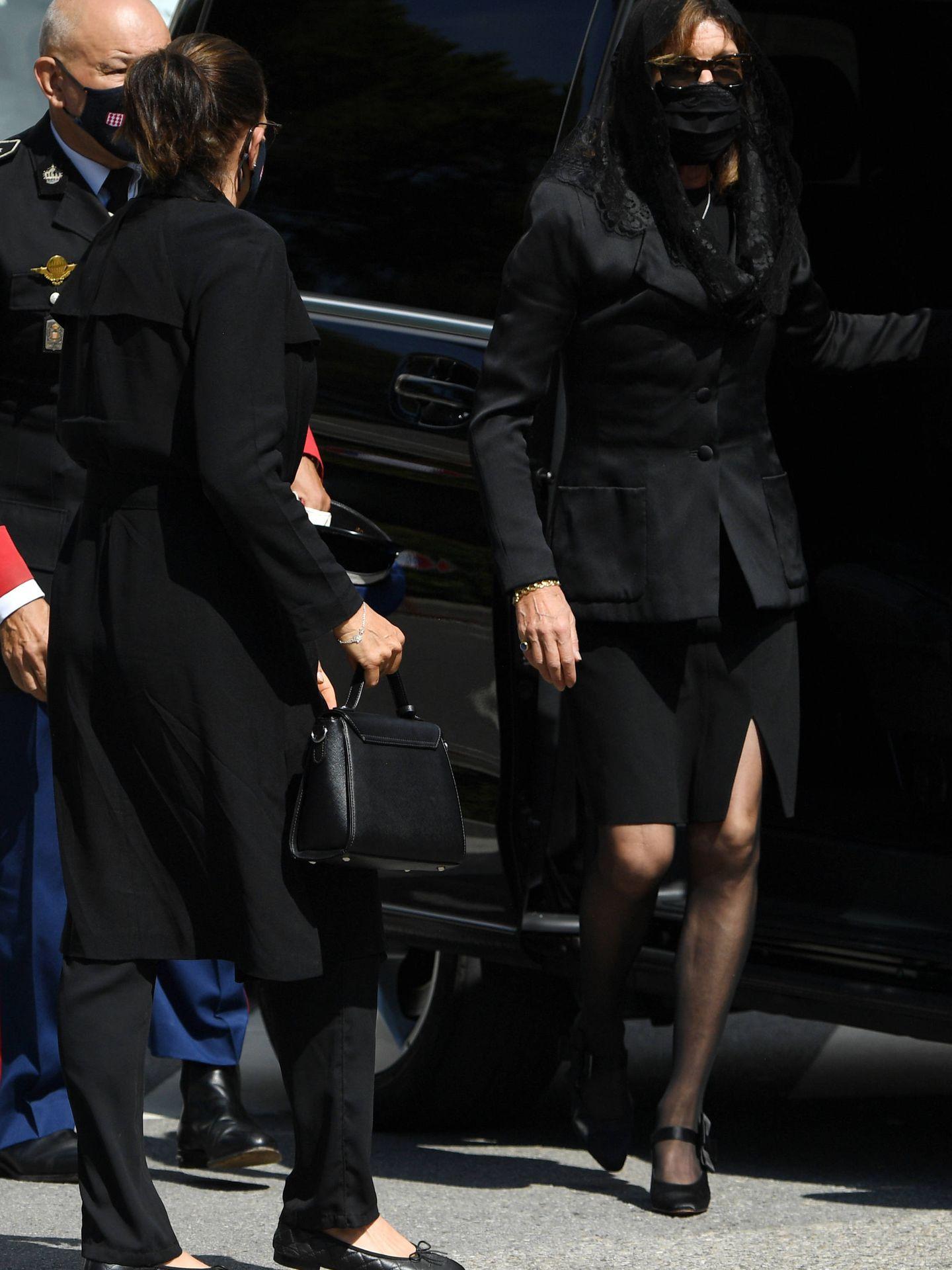 Carolina y Estefanía, llegando al sepelio. (Getty)