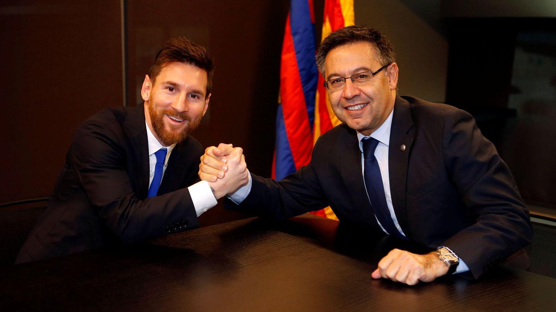 Messi y Bartomeu en su última firma de contrato. (Reuters)