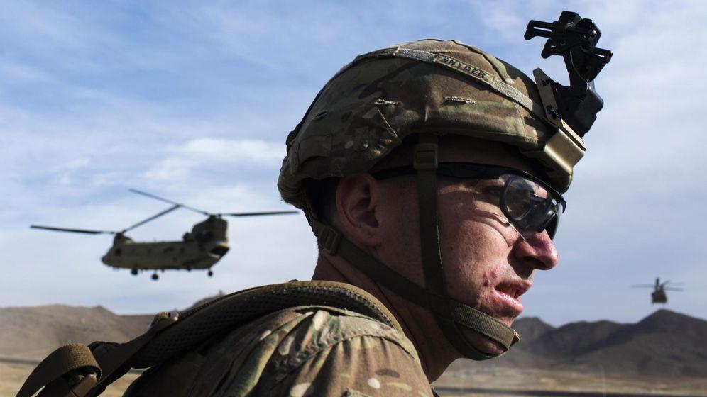 Foto: Un soldado estadounidense del 3º Regimiento de Caballería espera a ser recogido por un helicóptero Chinook en Gardez, Afganistán (Reuters).