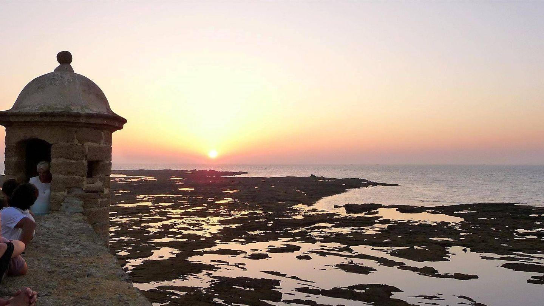 La puesta de sol sobre la playa de la Caleta desde el castillo de Santa Catalina. (Foto: Mayca Gómez)