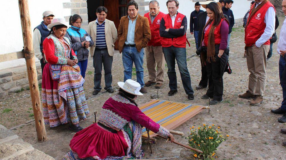 Foto: Gonzalo Robles, en el centro con chaleco rojo, visita los proyectos de la AECID en Perú. (AECID)