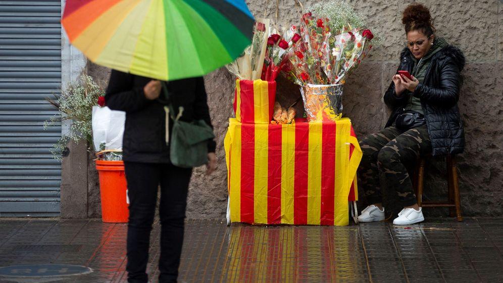 Foto: Una mujer vende flores por Sant Jordi. (EFE)
