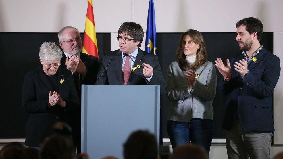 Foto: El expresidente de la Generalitat y candidato de Junts per Catalunya, Carles Puigdemont (c), pronuncia su discurso sobre los resultados de las elecciones. (EFE)