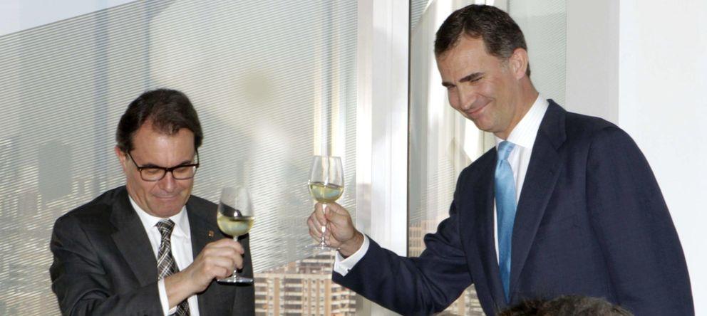 Foto: Don Felipe y Artur Mas, en la inauguración en L'Hospitalet de la nueva sede del Grupo Puig, en abril. (Efe)