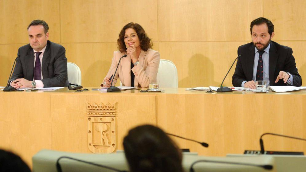 Foto: Ana Botella, exalcaldesa de Madrid, presentando en octubre de 2013 el contrato de alumbrado público. A la derecha de la imagen, Diego Sanjuanbenito. (EFE)