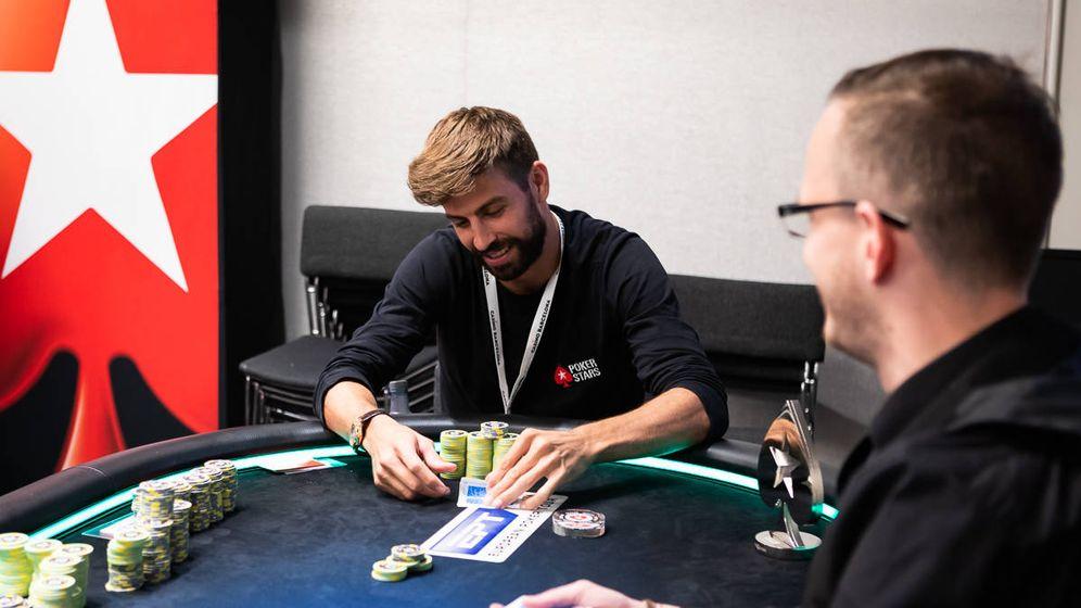 Foto: Gerard Piqué, en el torneo de póquer y, a su izquierda, el trofeo en forma de pica. (N Stoddart)