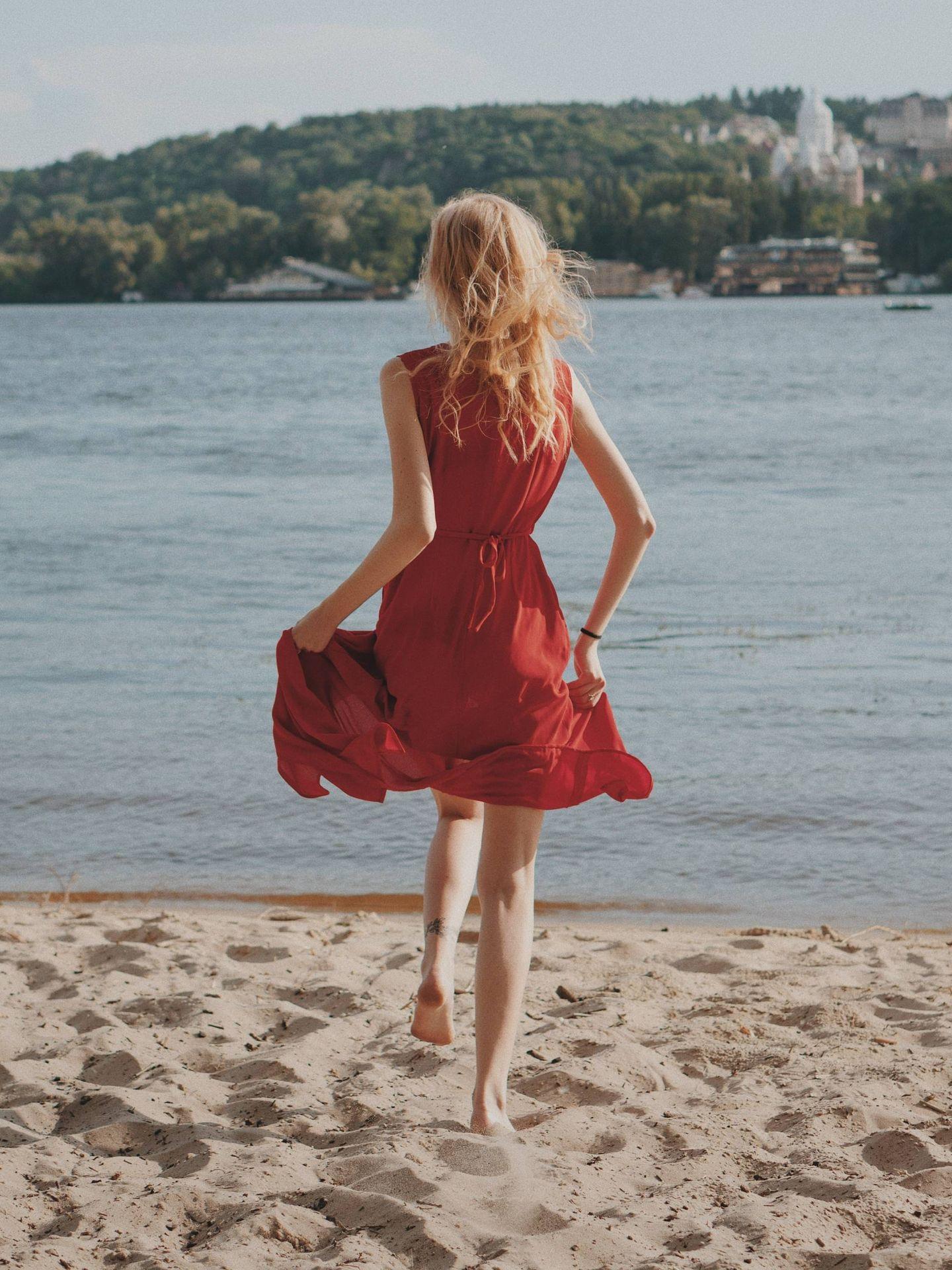Andar por la arena quema más calorías. (Oleg Ivanov para Unsplash)