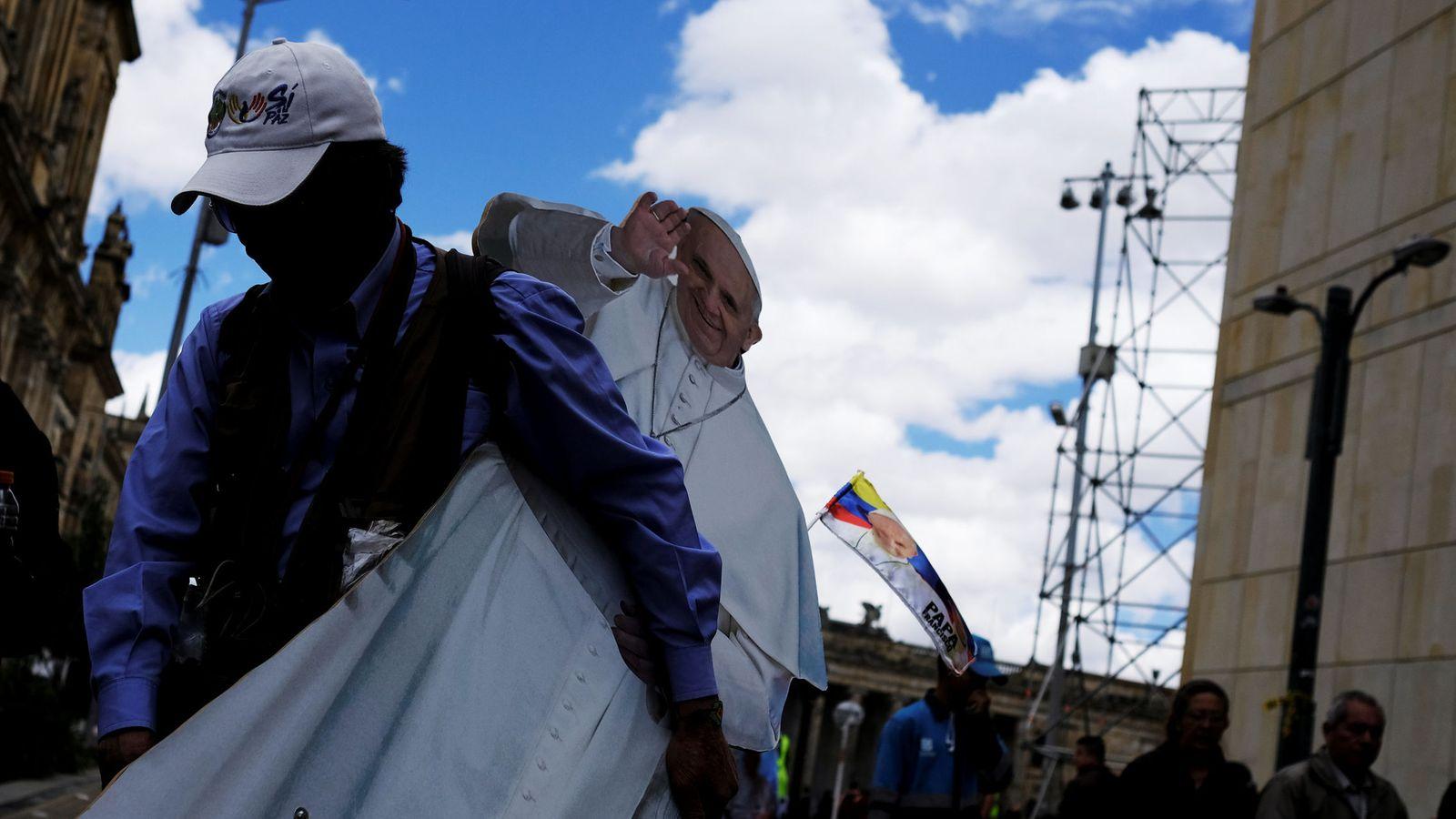 Foto: Un hombre retira una imagen del papa Francisco después de su visita en 2007 a Bogotá. (Reuters)