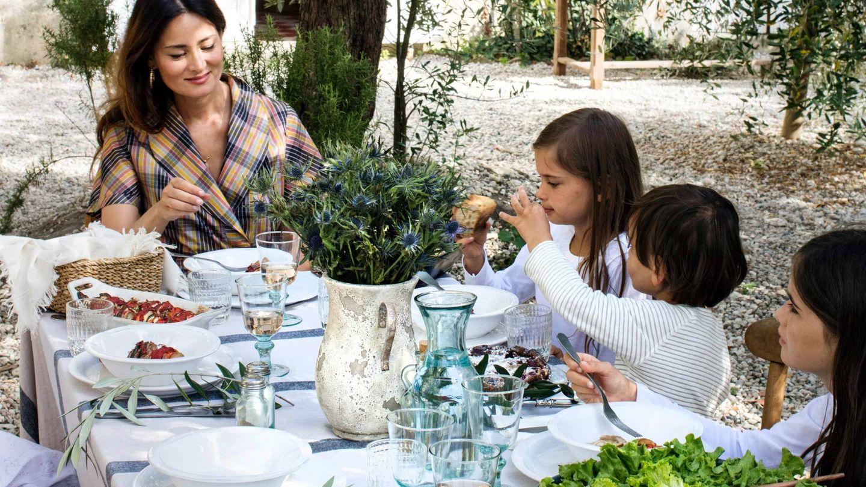 La chef e influencer con sus hijos mayores en el editorial de Zara Home. (Cortesía)