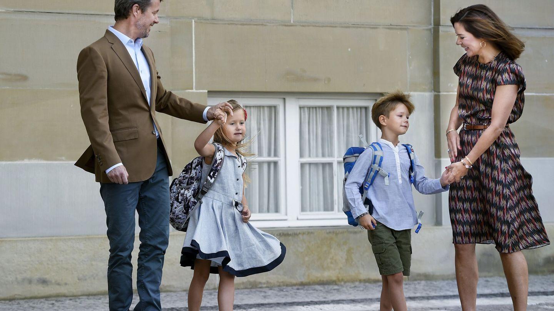 El príncipe heredero Federico de Dinamarca y su esposa, la princesa Mary, acompañan a sus gemelos, los príncipes Vincent y Josephine, delante del Castillo Amalienburgo, en el primer día de colegio de los niños en Copenhaguen. (Efe)