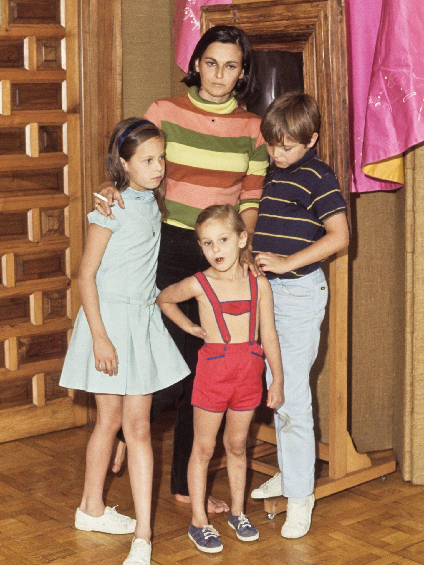 Lucía Bosé, junto a sus tres hijos, Miguel, Lucía y Paola. (Cordon Press)
