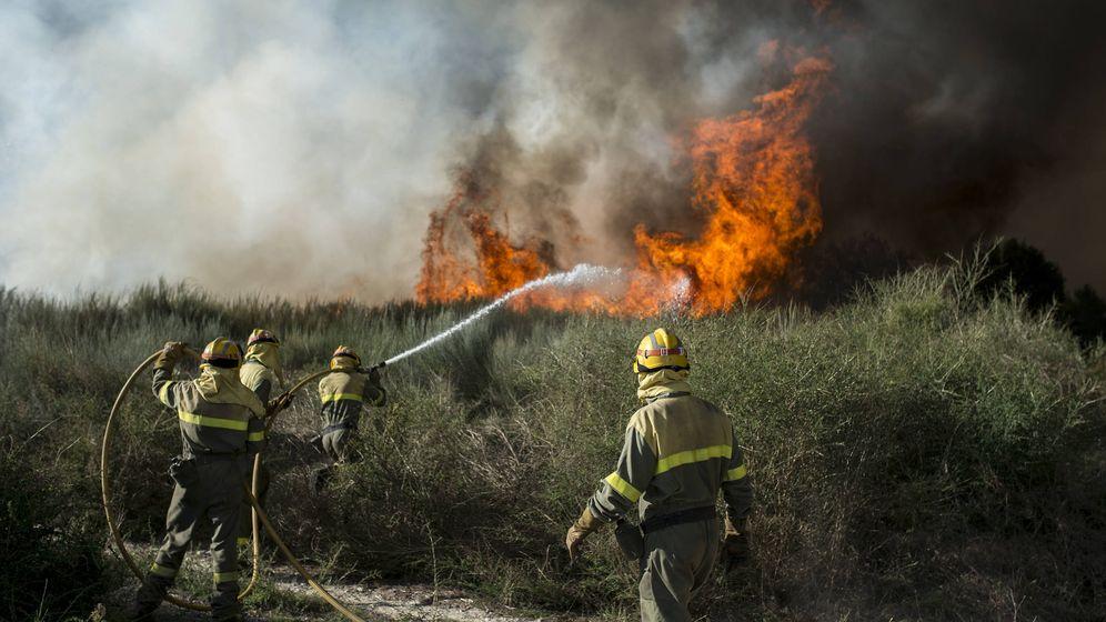 Foto: Brigadistas sofocan las llamas de uno de los incendios en O Xurés. (Foto: Brais Lorenzo)