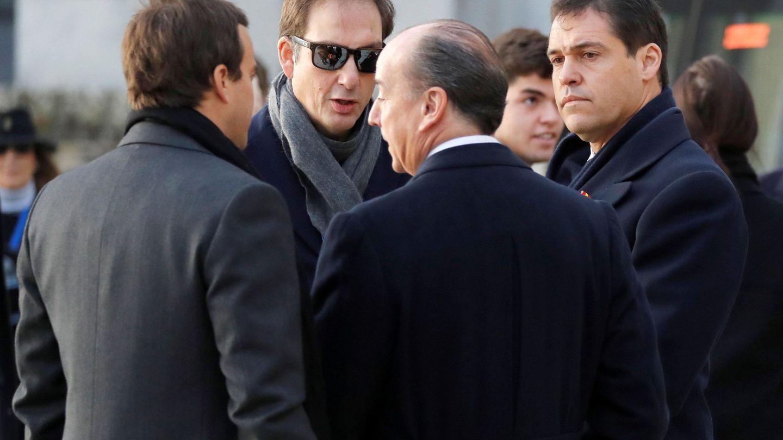 El bisnieto de Franco, Luis Alfonso de Borbón Martínez-Bordiú, conversa con otros familiares a su llegada al Valle de los Caídos. (EFE)