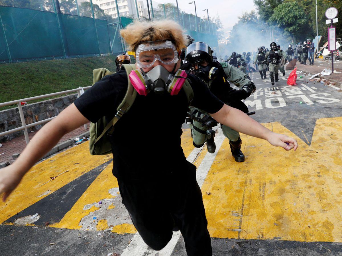 Foto: Un estudiante universitario en una protesta en Hong Kong este año. (Reuters)