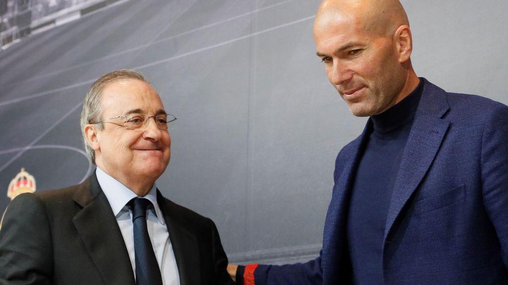Foto: Florentino Pérez junto a Zinedine Zidane en la rueda de prensa en Valdebebas para anunciar la marcha del francés. (EFE)