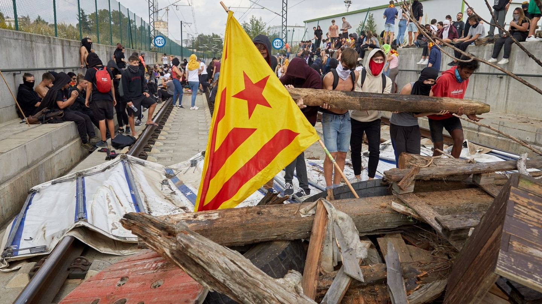 Manifestantes irrumpen en las vías del tren en Girona para impedir el paso. (EFE)