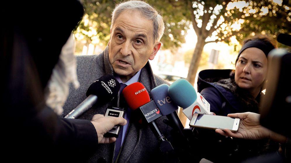 Foto: Carlos Bacaicoa hace declaraciones a los medios al finalizar la sesión de este lunes. (EFE)