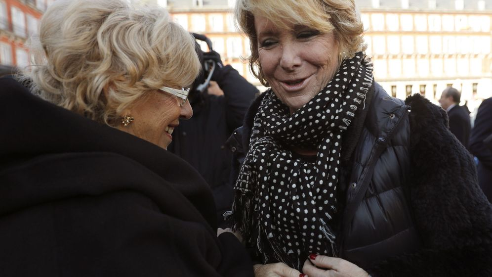Foto: La alcaldesa de Madrid, Manuela Carmena (i), conversa con la portavoz del PP en el ayuntamiento de la capital, Esperanza Aguirre. (EFE)